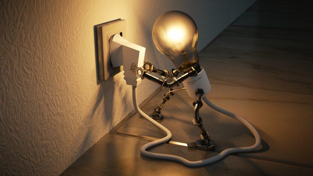 Una lampadina a Basso consumo che prende corrente tramite una spina elettrica